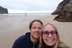 Roadtrip Nordküste Spanien - Wir am Strand von la Franca.JPG