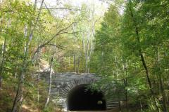 Stillgelegte-Straße-mit-Tunnel