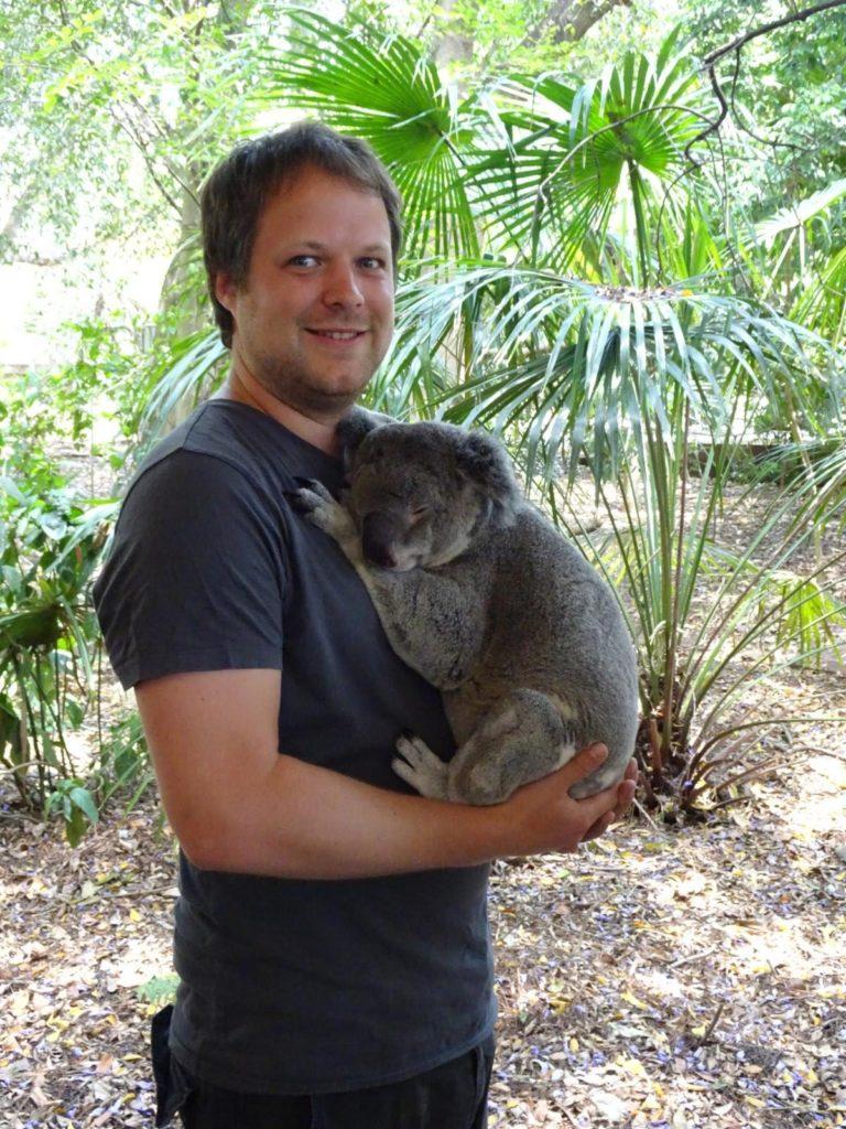 Lone Pine Koala Sanctuary - Koala auf dem Arm halten