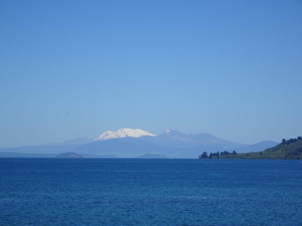 Lake Taupo mit Blick auf Ruapehu, Tongariro und Ngauruhoe