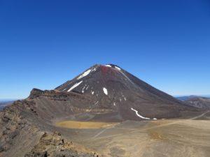 Tongariro Alpine Crossing - Blick über den South Crater zum Mt. Ngauruhoe