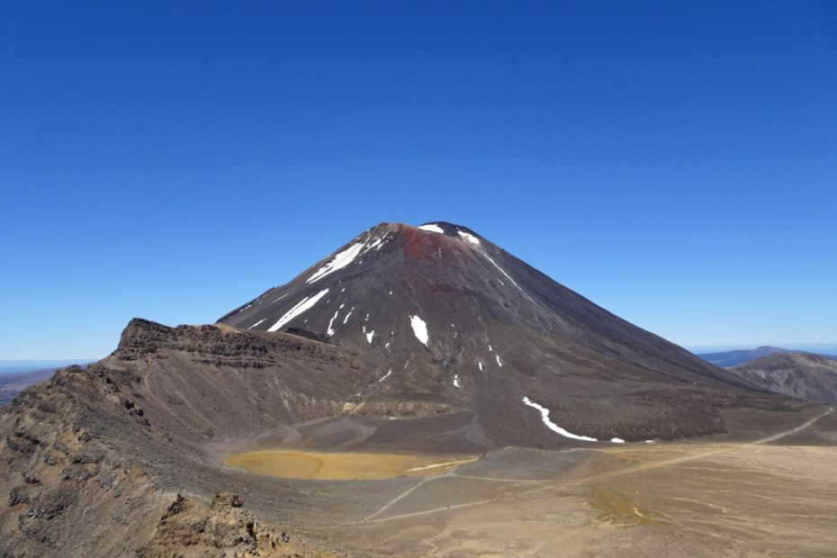 Tongariro Alpine Crossing - Blick über den South Crater zum Mt. Ngauruhoe