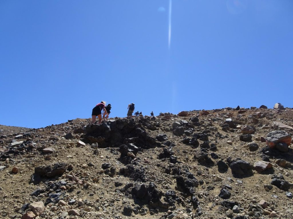 Tongariro Alpine Crossing - Der steinige Weg zum Red Crater