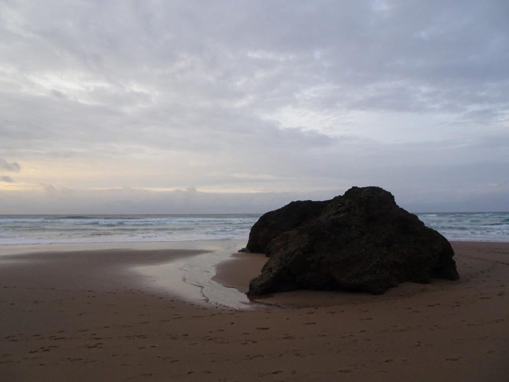 Roadtrip Nordküste Spanien - Fels am Strand von Bakio