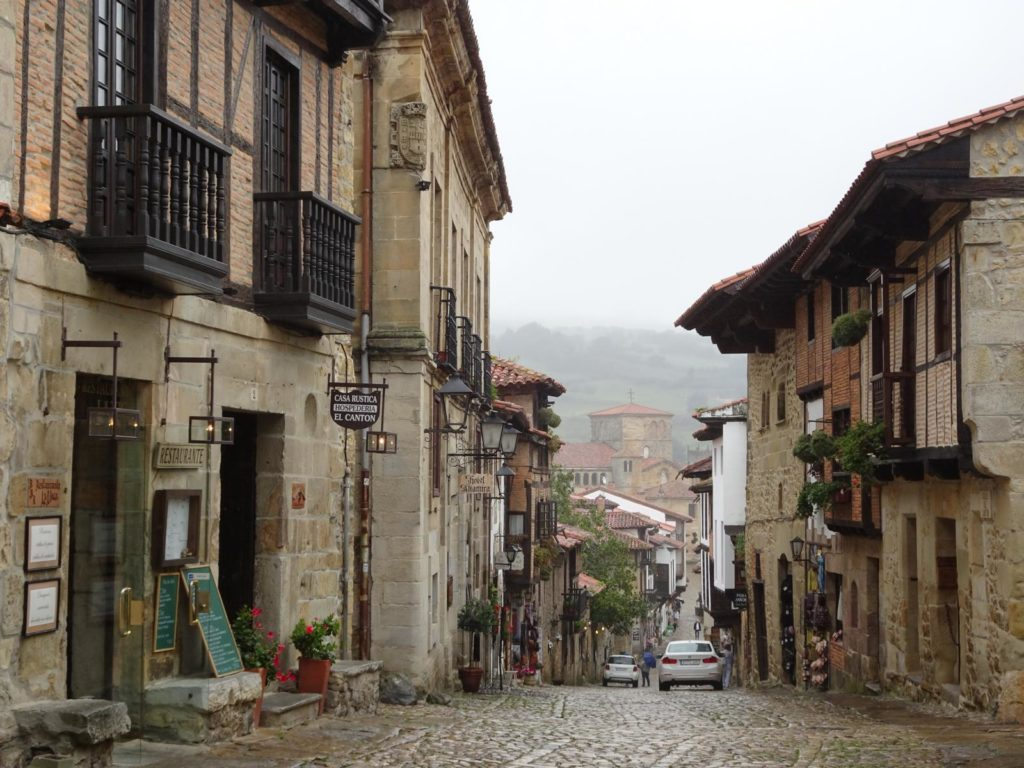 Roadtrip Nordküste Spanien - Gasse in Santillana del Mar
